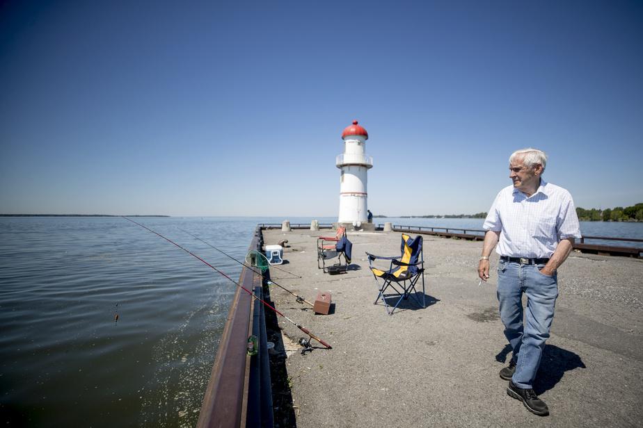 Réjean Dinel surveille attentivement les lignes qu'il a lancées àl'eau.