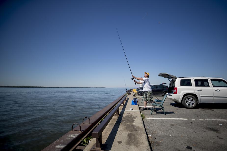 Gino vient souvent pêcher au parc Saint-Louis de Lachine, surnommé le parc du Phare, avec son frère.
