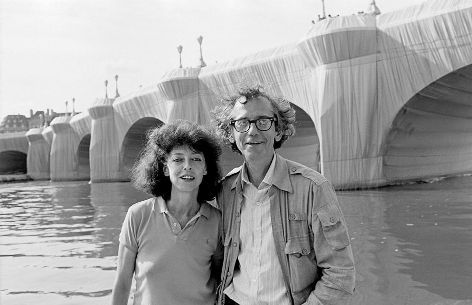 Christo et Jeanne-Claude devant leur œuvre Emballage du Pont Neuf à Paris, en 1985