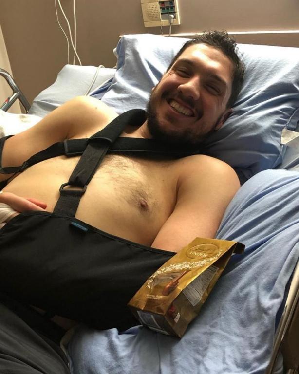 En janvier, il a subi une chirurgie de transferts nerveux. La procédure, qui a duré huit heures, a consisté à prendre des nerfs associés à des muscles fonctionnels et à les brancher aux nerfs de muscles paralysés.
