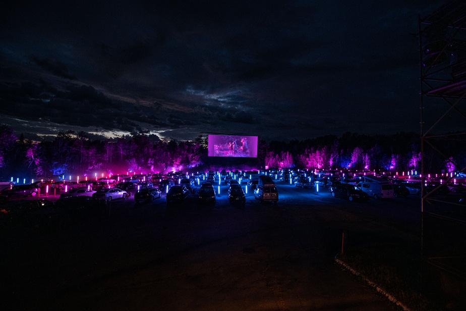 Huit courts métrages, agrémentés d'effets de lumière, de fumée et de lasers, sont présentés sur le grand écran.