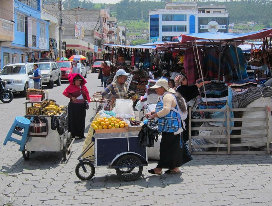 Une vendeuse de chapeaux (et sa fille) croquée à Otavala, sur la Plaza de los Ponchos