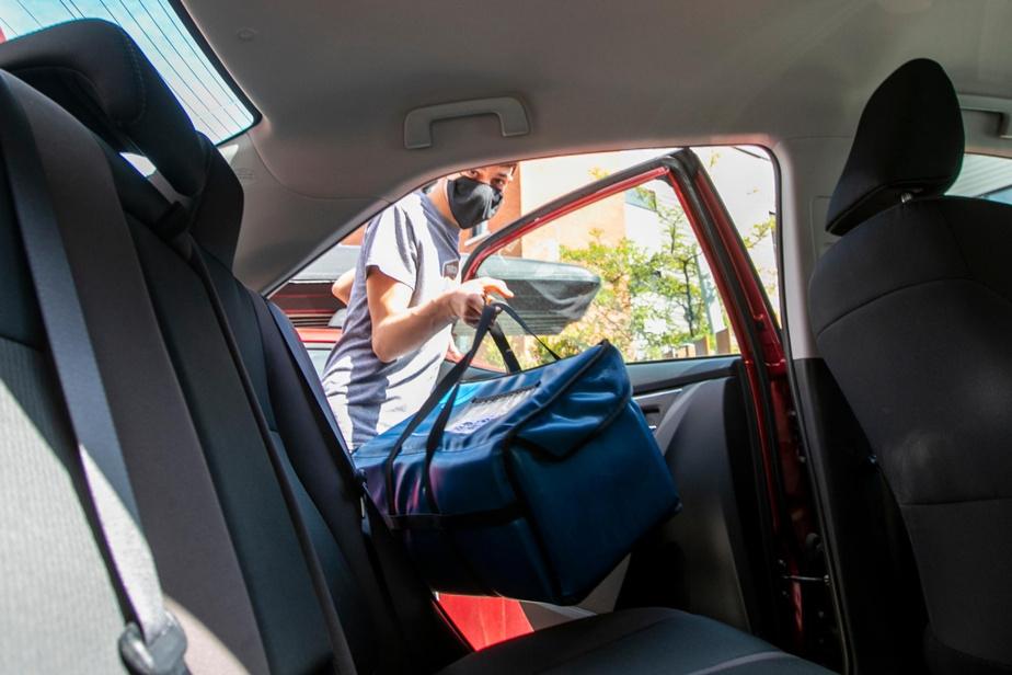 Le coronavirus donne faim – sans même avoir besoin de l'attraper. À la popote roulante du Patro Le Prevost à Montréal, «on prépare actuellement 2000repas par semaine», dit Daniel Côté, directeur du développement de ce centre communautaire de Villeray. Avant la pandémie, le Patro en préparait… cinq fois moins. Jeudi 28 mai, Adrien, 12ans, a fait sa deuxième expérience de bénévolat à la popote roulante – avec sa mère, l'autrice de ces lignes.