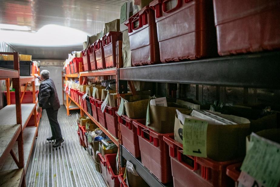 La nuit, les commandes sont conservées dans un camion réfrigéré situé à l'avant du magasin, afin d'éviter les contacts entreles différents employés
