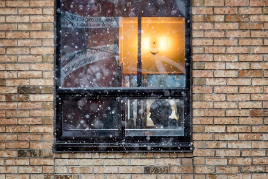 Derrière cette neige d'avril, on aperçoit la silhouette d'un résidant au CHSLD La Pinière, à Laval.