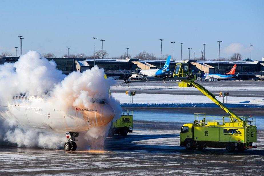 En plein hiver, du givre se forme sur les avions, surtout la nuit. Une vingtaine de camions peuvent être déployés en tout temps à l'aéroport pendant la saison froide pour les dégivrer.