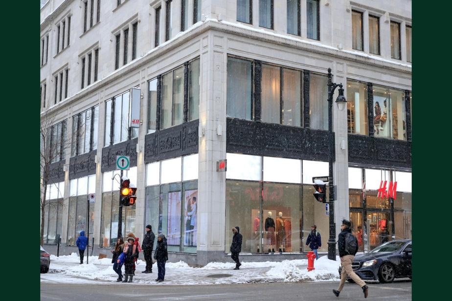 APRÈS : Débarrassée de ses nombreuses réclames, la façade de l'édifice, qui accueille aujourd'hui une succursale de la chaîne H&M, est beaucoup plus sobre.