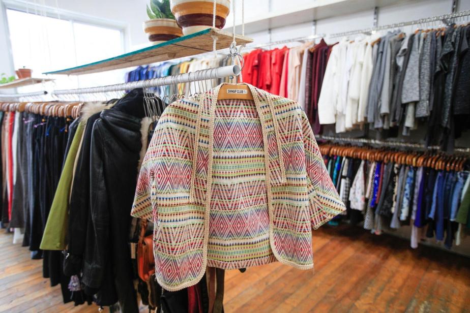 Moyennant un abonnement annuel ou des frais d'accès, on peut se présenter à une des deux boutiques avec ses vêtements à échanger contre ceux sur les étalages.