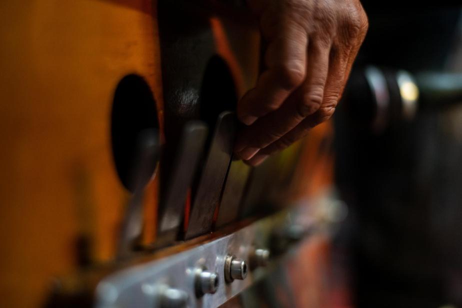 La marímbula ressemble à une grosse boîte en bois sur laquelle sont fixées des languettes de métal qui recouvrent des trous. Assis sur son instrument, le joueur produit des vibrations en tirant sur les languettes, qui se transforment en son très grave lorsqu'elles ressortent par les trous.