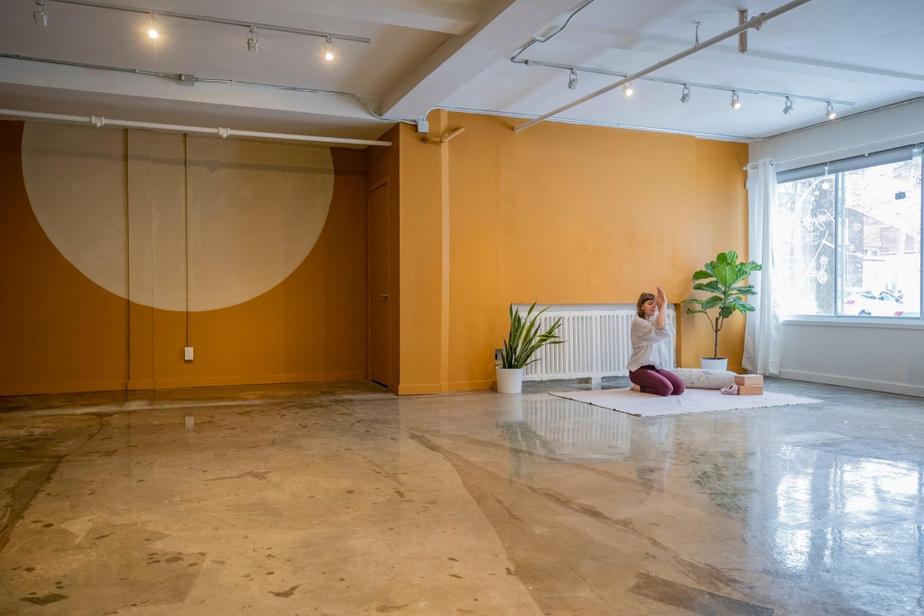 Lumineux, le studio de yoga accueille chaque semaine une belle diversité de classes, comme le Hip Hop Yoga ou le Sensual Flow.