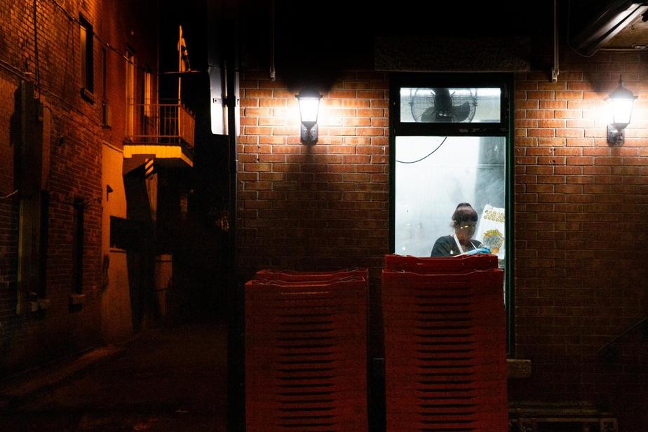 La vie ne s'est pas arrêtée au célèbre Fairmount Bagel, où les employés sont à l'œuvre au milieu de la nuit.