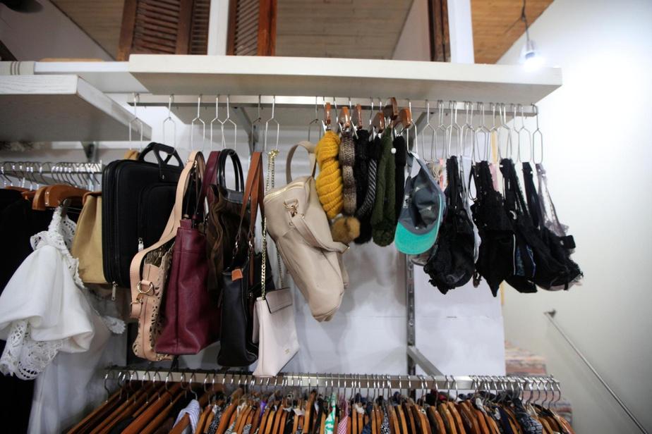 Des accessoires comme des sacs à main se trouvent sur place.