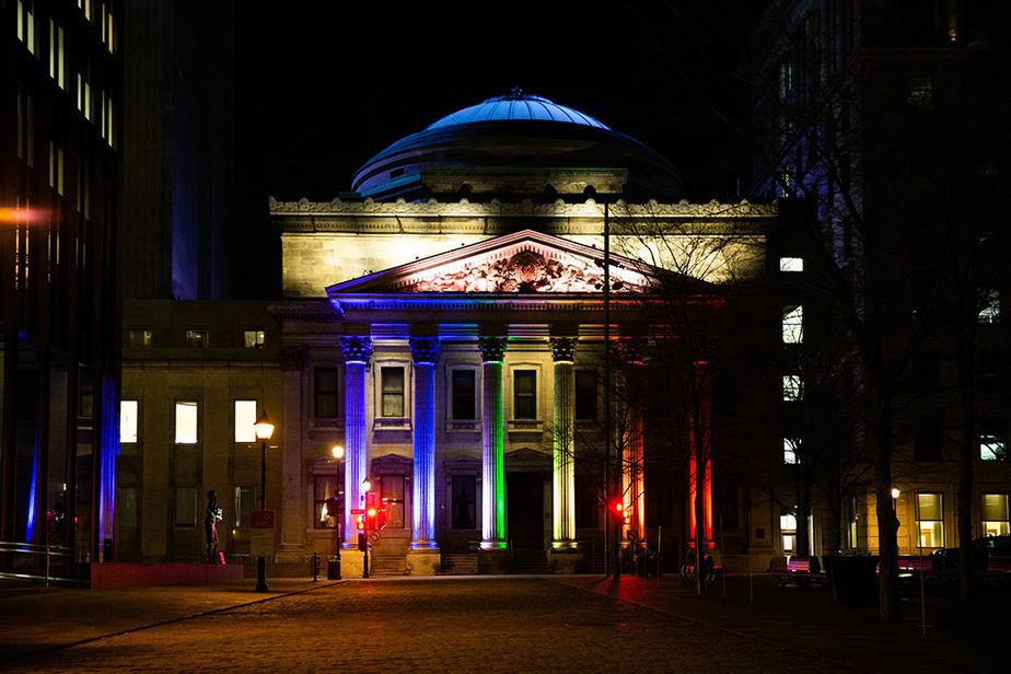 L'édifice de la Banque de Montréal affiche les couleurs de l'arc-en-ciel.