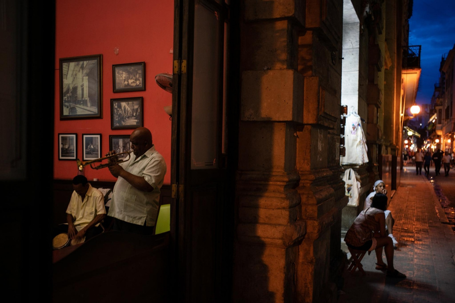 Dans la capitale, LaHavane, on pratique un style qu'on pourrait qualifier de «jazz fusion cubain». Ces deux musiciens jouent au restaurant Europa dans la plus vieille partie de la ville.