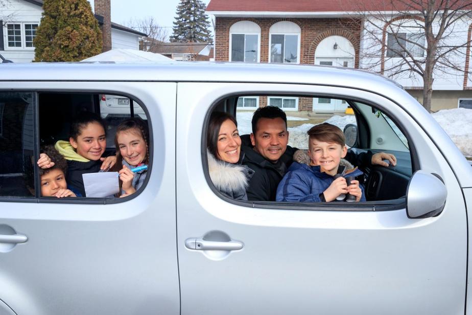 La famille Maranda-Rosales s'organise régulièrement des rallyes automobiles. Sur la photo, Mateo Rosales, 8ans, Eva Rosales, 12ans, Laurianne Morin, 9ans, Stéphanie Maranda, son conjoint Marco Rosales et Wiliam Morin, 7ans.