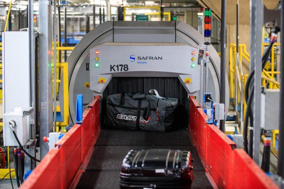 La douane américaine, présente à l'aéroport, a accès à tous les bagages enregistrés des voyageurs à des fins de vérification, grâce à un réseau de tapis roulants situé sous la zone réglementée. Un code unique associe chaque valise à son propriétaire.