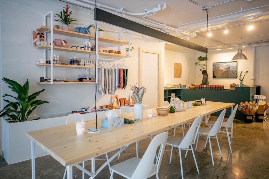 À l'avant, une longue table communale sert de lieu de travail.