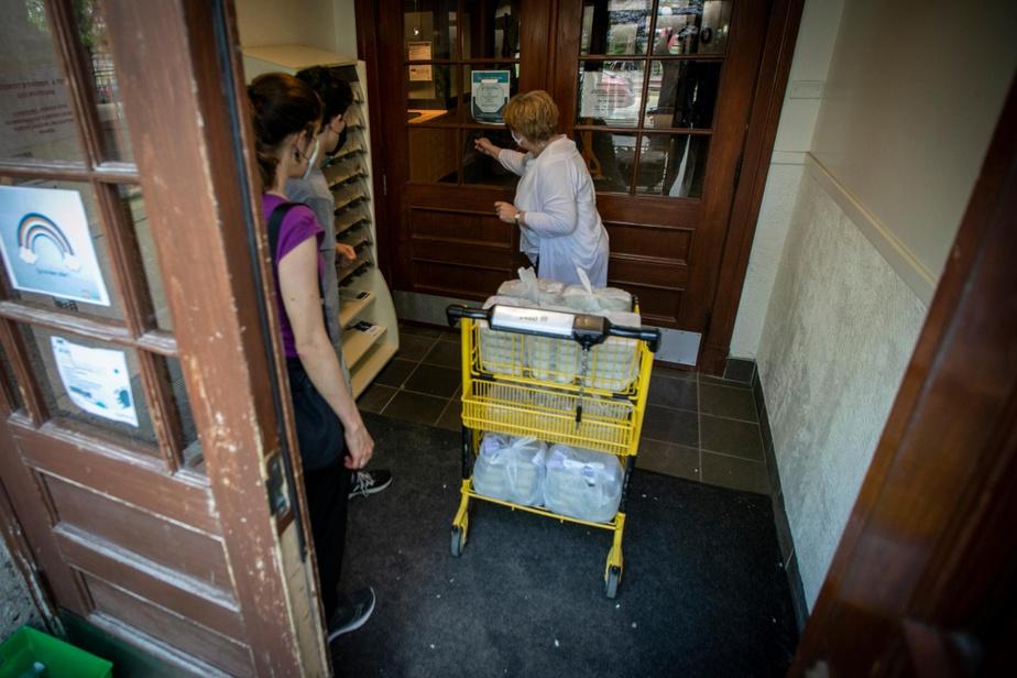 Ghislaine Jobin laisse les repas dans l'entrée du centre La Traversée, où une employée les distribue. Avant la pandémie, la bénévole donnait les plats en mains propres à chacun. «C'était mon bonbon de la semaine, dit Ghislaine Jobin. Ça me manque beaucoup.» Dans un autre immeuble visité, Michèle, une bénéficiaire de la popote roulante, est sortie accueillir Ghislaine Jobin. « C'est un ange sur pattes! s'est-elle exclamée. J'espère que la popote roulante va continuer, c'est un service essentiel. »