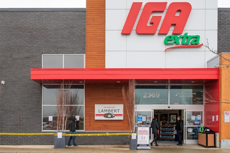 Comme dans la plupart des autres commerces de la province, les clients du IGA Famille Lambert de Carignan doivent attendre patiemment que leur tour vienne s'ils souhaitent entrer dans le supermarché.