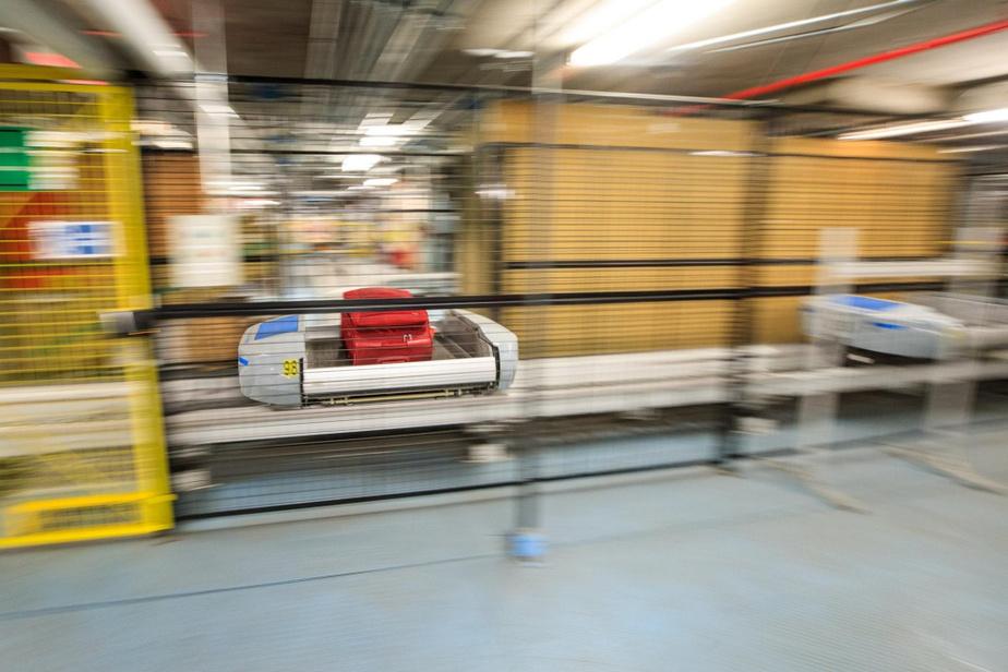 Un système de chariots automatisés qui fonctionne grâce à des champs magnétiques déplace les bagages du comptoir d'enregistrement à la porte d'embarquement. Le déplacement s'effectue en moins de trois minutes.