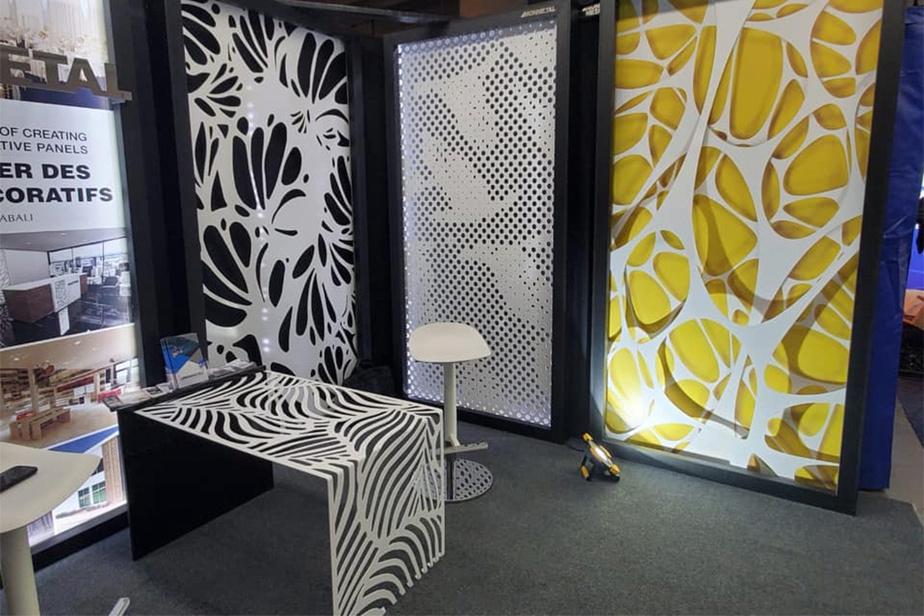 Le kiosque d'IDCA montrant des exemples de murales ou meubles en métal pouvant être réalisés.