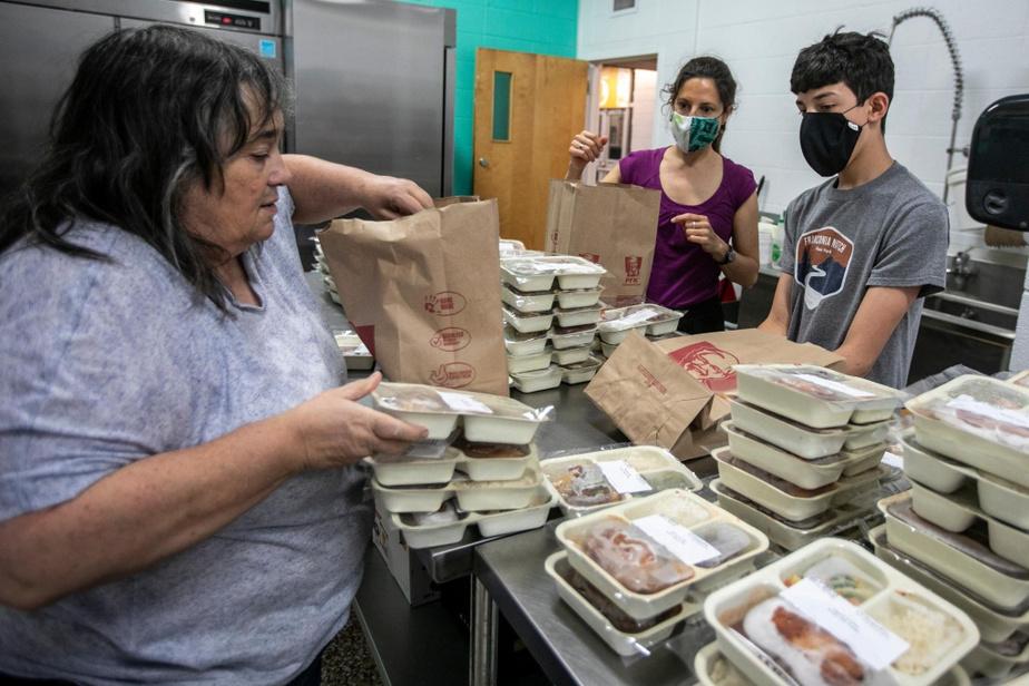 Avec DianneBleau, animatrice communautaire, on prépare des sacs contenant 10portions. «Mettez-en deux de chaque recette, pour que les couples mangent la même chose», conseille-t-elle. On place ensuite les sacs dans un grand congélateur, en attendant les prochaines livraisons. « C'est très bien organisé, constate Adrien. C'est bien de redoubler d'efforts, parce qu'il y a plus de gens qui en ont besoin. »