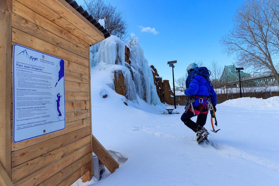 La Fédération québécoise de la montagne et de l'escalade a mis en place un projet-pilote pour englacer la petite paroi du parc Jean-Drapeau.