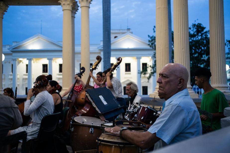 L'orchestre local joue au grand plaisir de la foule réunie dans la place publique deSanta Clara.