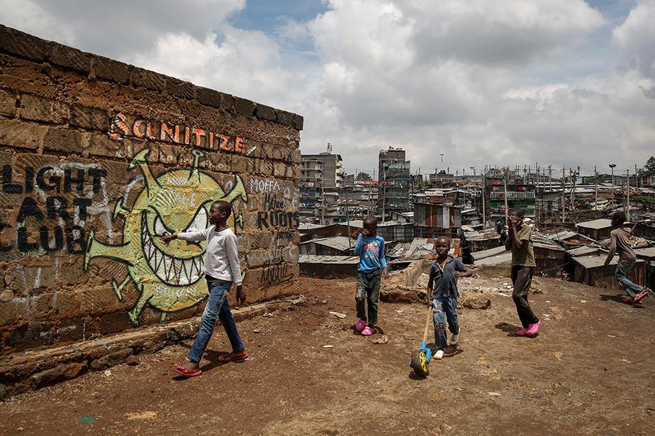 À Nairobi, au Kenya, une œuvre murale avec une caricature du virus, humanisé et exhibant une volonté de nuire.