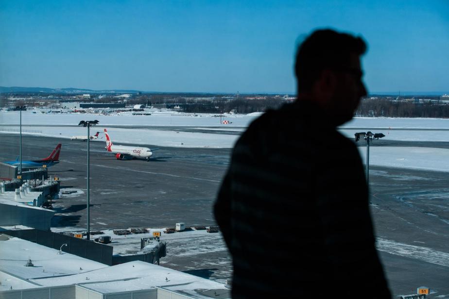 L'équipe de la petite tour de contrôle gère entre autres les déplacements des avions et des véhicules transporteurs de passagers sur l'aire de trafic de l'aéroport, soit entre l'aérogare et les pistes de décollage. Chaque jour, de 300 à 600avions se déplacent sur cetteaire.