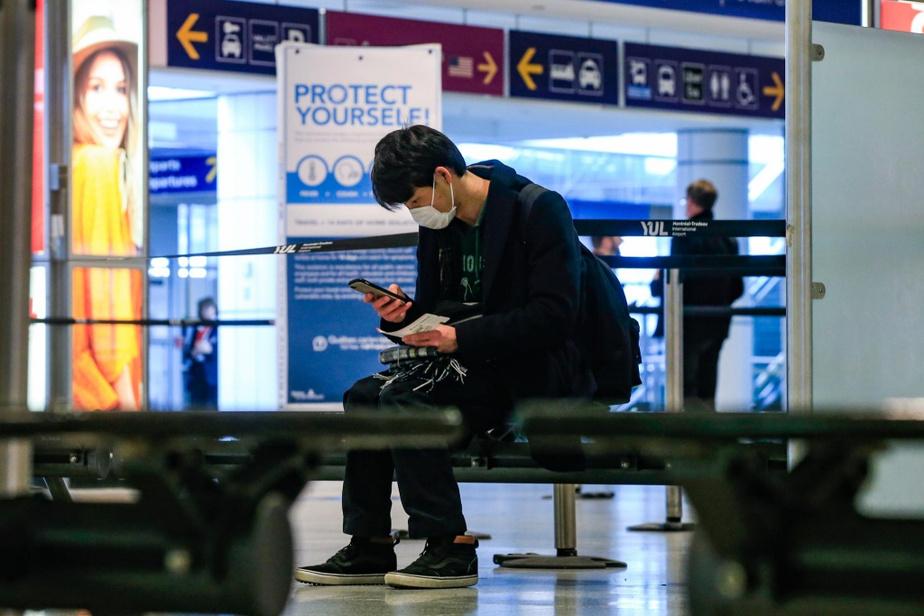 Un homme attend un voyageur à l'aéroport Pierre-Elliott-Trudeau, le 16mars.