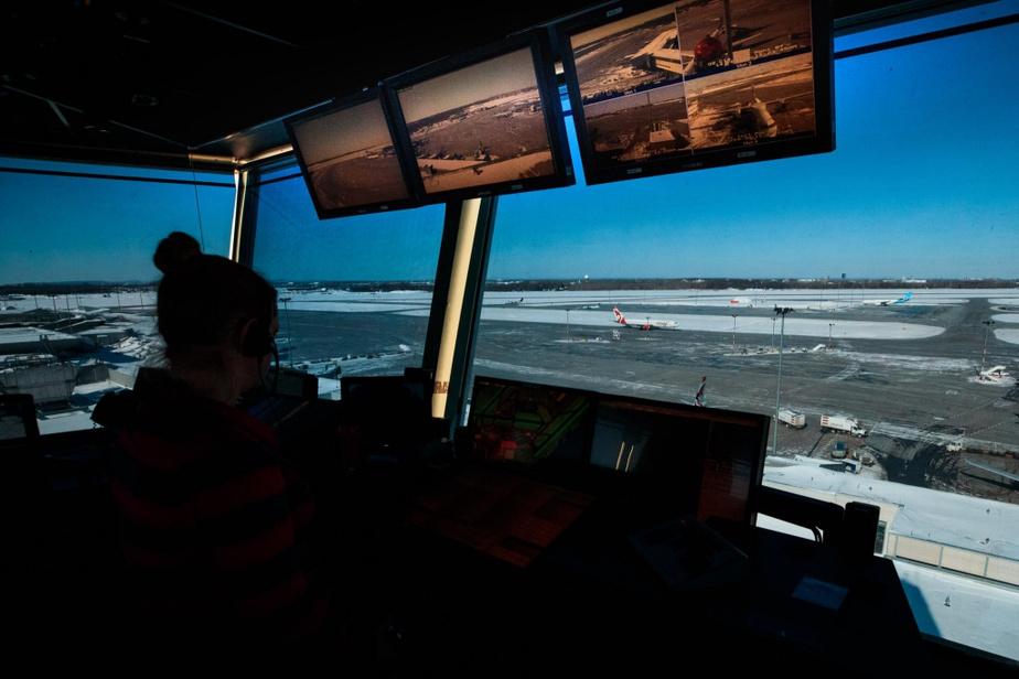 L'équipe est composée en général de trois personnes. Elle a pour mission de guider les avions qui viennent d'atterrir vers les portes de l'aérogare et de gérer l'accès aux pistes pour les départs. On aperçoit ici la silhouette de la personne qui communique avec les pilotes.