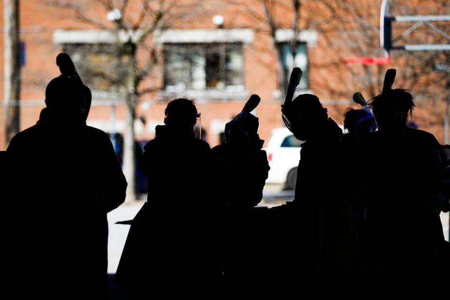 Les bénévoles d'une banque alimentaire de Verdun, à Montréal, avec leurs masques de protection lors de la distribution de la nourriture