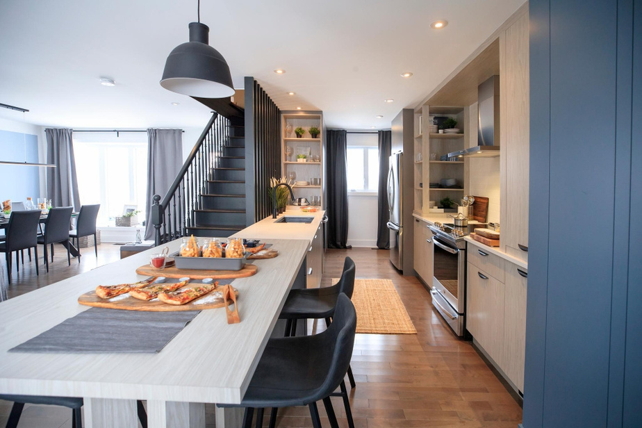 L'axe de la cuisine a pivoté de 90degrés. Daniel Corbin a aménagé une cuisine linéaire, avec des pans de rangements de part et d'autre. Le comptoir est doté d'une péninsule où les convives peuvent prendre place de part et d'autre.