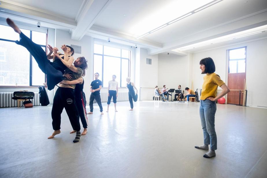 La chorégraphe Virginie Brunelle dirige trois des interprètes de sa création pour sept danseurs