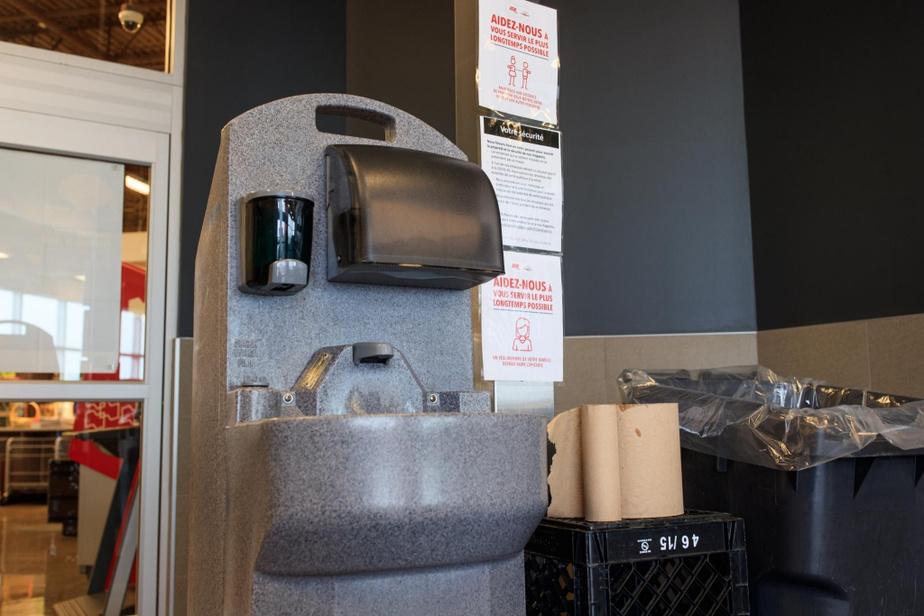 À peine entrés dans l'épicerie, les clients doivent passer au lavabo pour se laver les mains avec beaucoup de savon.