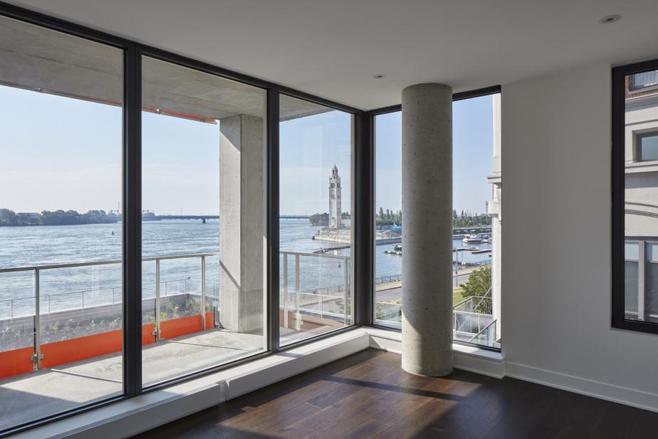 Avoir accès à un espace extérieur spacieux est plus apprécié que jamais. De leur balcon ou de leur terrasse, mais aussi de l'intérieur de leur appartement, grâce aux immenses fenêtres, les copropriétaires du complexe Sax Sur Le Fleuve, du Groupe Kevlar, pourront profiter de la vue sur le Vieux-Port. L'agence NEUF architect(e)s a réalisé l'architecture et le design d'intérieur.