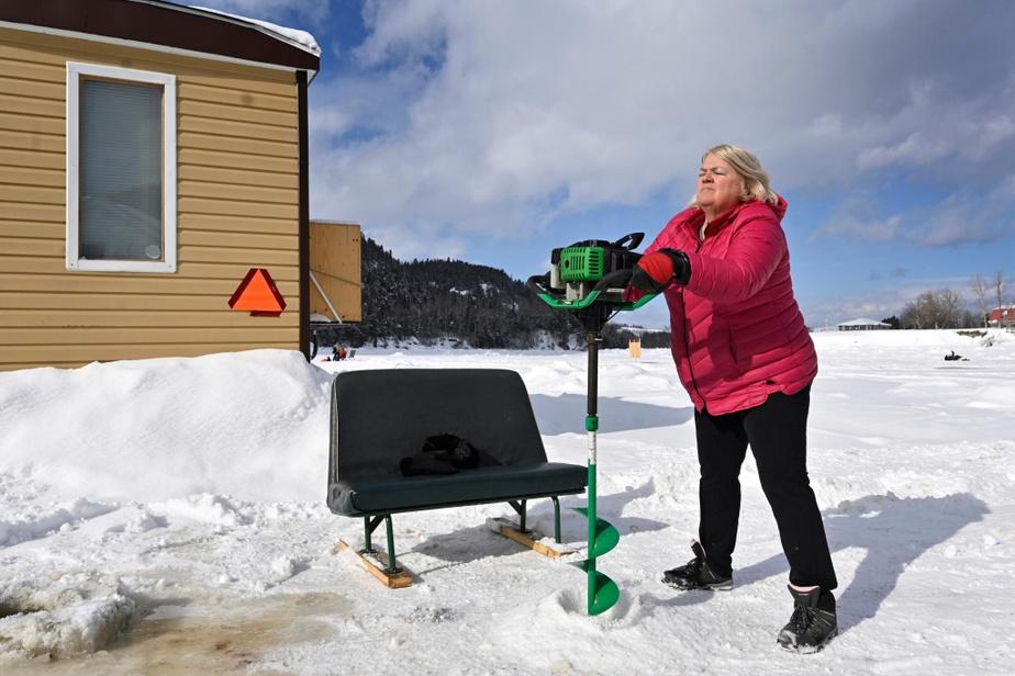Louise Giroux, de Chicoutimi-Nord, creuse un trou dans la glace.