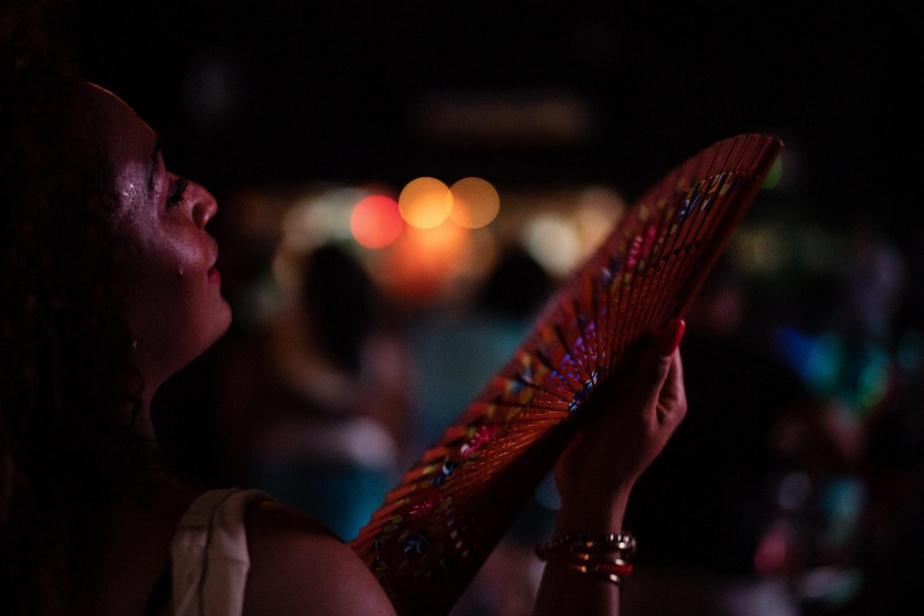 Une femme danse en attendant le spectacle à venir à la Casa de la Música de Miramar, à La Havane.