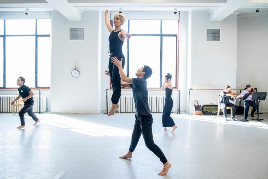 Le danseur Bradley Eng projette l'interprète Sophie Breton en l'air pendant les répétitions de la pièce Les corps avalés.