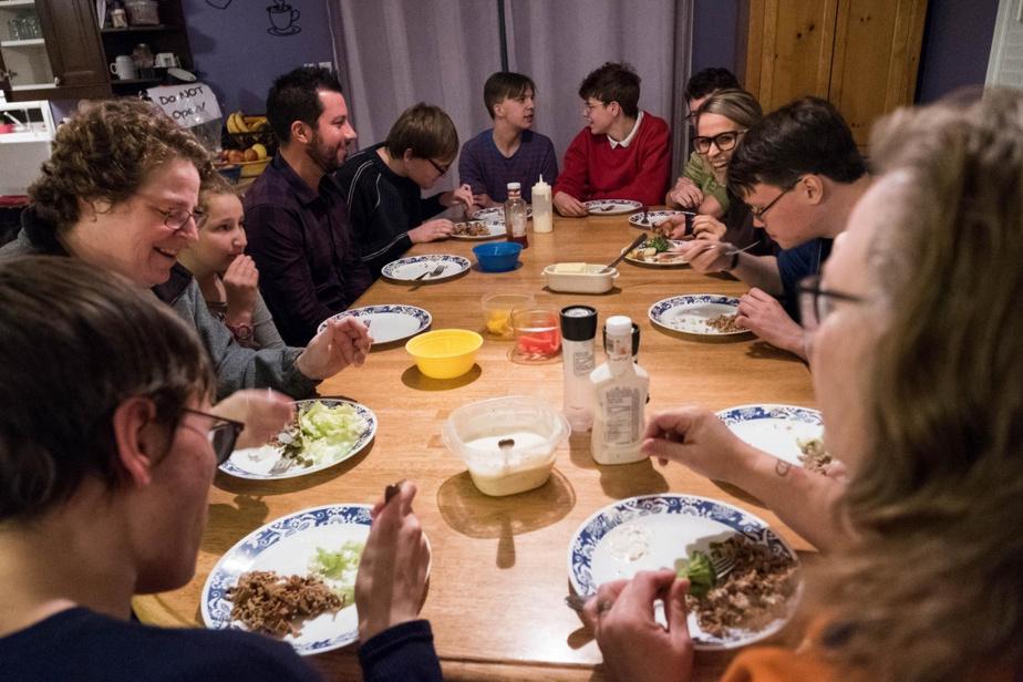 Le sergent Jean-François Pouliot et l'agente Marie-Pier Laverdière sont invités à souper dans une famille composée de deux mères et de sept enfants.