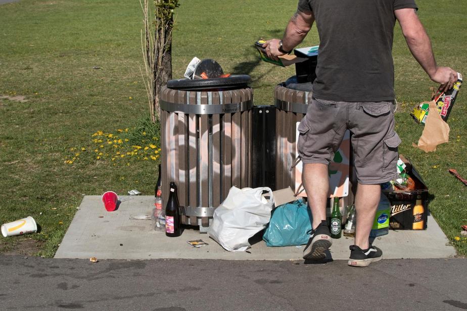 Des poubelles du parc du Père-Marquette, dans Rosemont–La Petite-Patrie, samedi dernier
