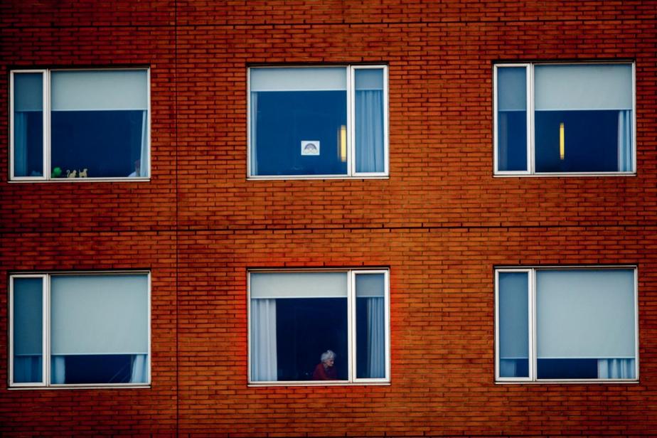 Une dame à la fenêtre du CHSLD Saint-Lambert sur le golf