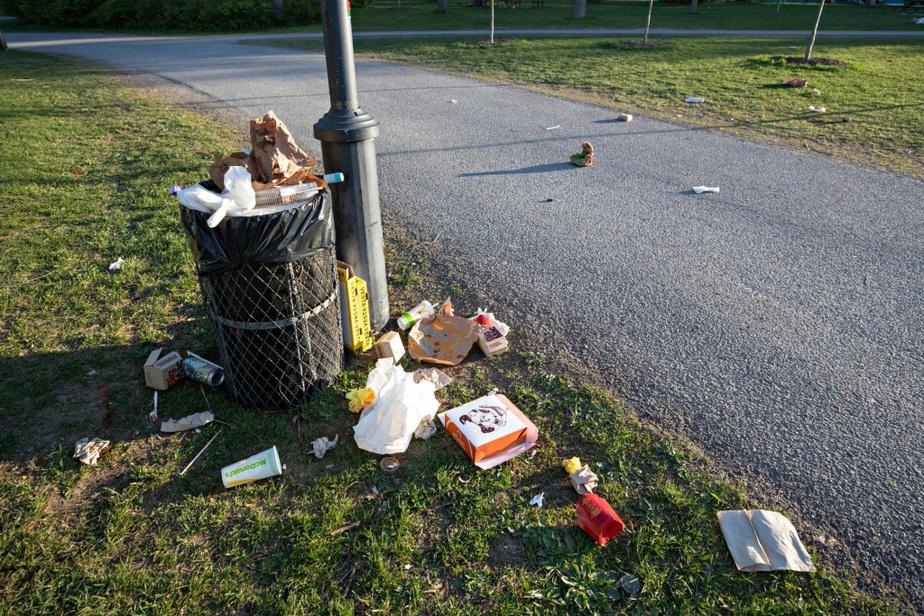 Des poubelles du parc Jarry, dans Villeray–Saint-Michel–Parc-Extension, vendredi dernier