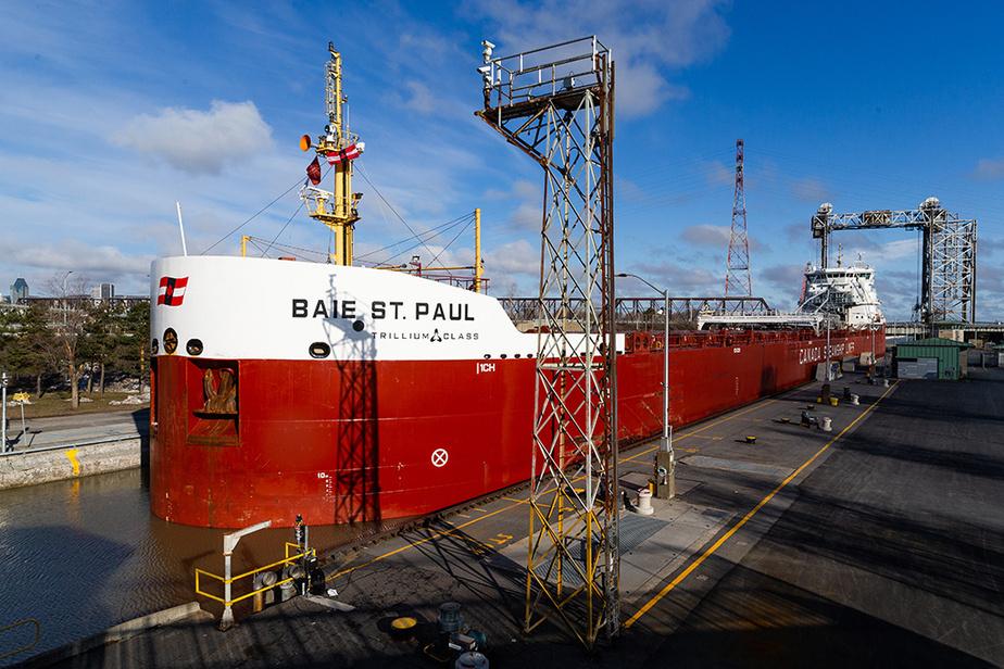 Le vraquier Baie St. Paul fut le premier navire de l'année à s'engager dans l'écluse de Saint-Lambert.