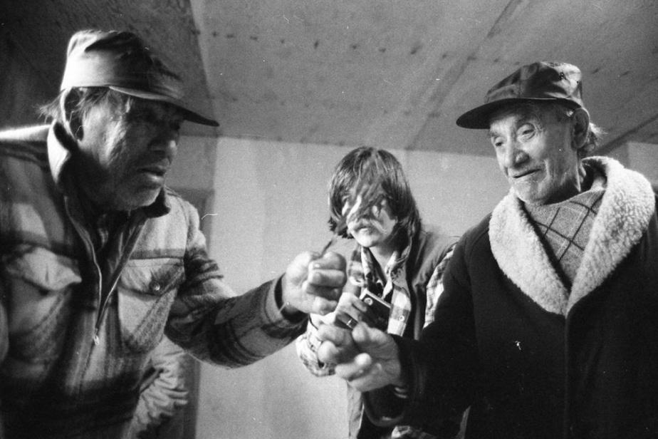 Trappeurs cris à Wemindji identifiant des plantes pour Rainer Wittenborn; Geordie Georgekish à droite, 1979, ClausBiegert. Exposée à la galerie d'art Stewart Hall.