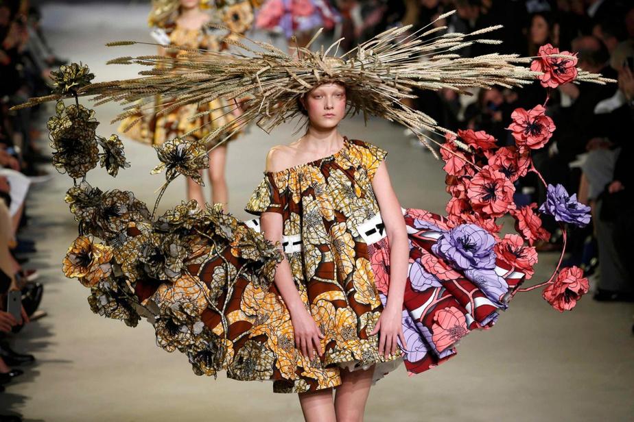 Le mot audace pourrait bien résumer l'ADN de la marque Viktor&Rolf, comme cette création colorée et fleurie présenté en 2015 durant la Semaine de la mode de Paris.