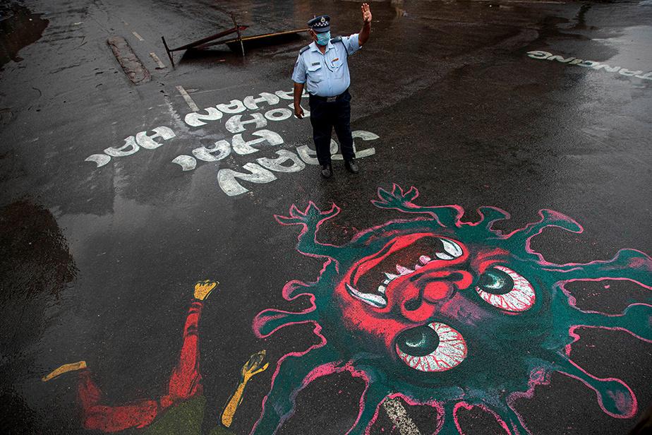 Une œuvre peinte au sol en Inde. On remarque comment le virus a été adapté par rapport à la culture locale, la large bouche aux dents pointues et les yeux exorbités ayant été empruntés aux représentations traditionnelles des démons asiatiques.