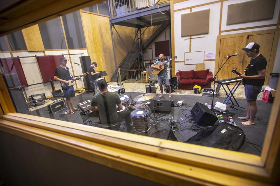 Le groupe Bleu jeans bleu, enfin réuni après de longues semaines de confinement au studio LaTraque, à Montréal. Les musiciens étaient heureux de se revoir, de jouer ensemble et de discuter comptabilité, rénovations et voiture. «On ne fait plus de route ensemble, on se met à jour», dit Pierre-David Girard, le bassiste.