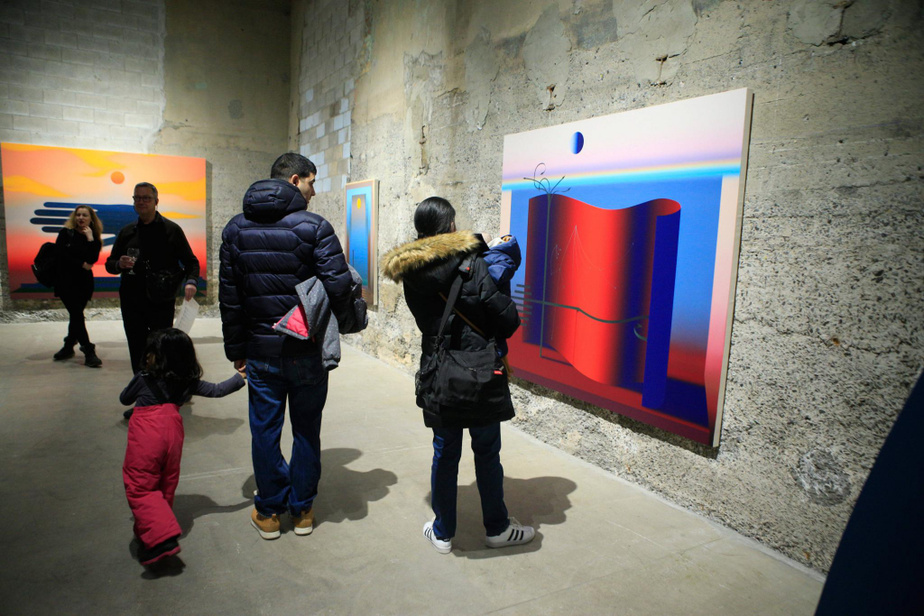 Des visiteurs devant l'œuvre Free Agents, peinte en 2019-2020 par Nicolas Grenier.